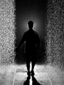 """Das Naturerlebnis """"Regen"""" kann man in der Installation """"Rain Room"""" des Künstlerkollektivs Random International am eigenen Leib erfahren: hier regnen Wassertropfen von der Decke herab. Betritt nun der Betrachter die interaktive Installation, stoppt der Regen über ihm. So kann er sich fortbewegen, ohne nass zu werden [13]."""